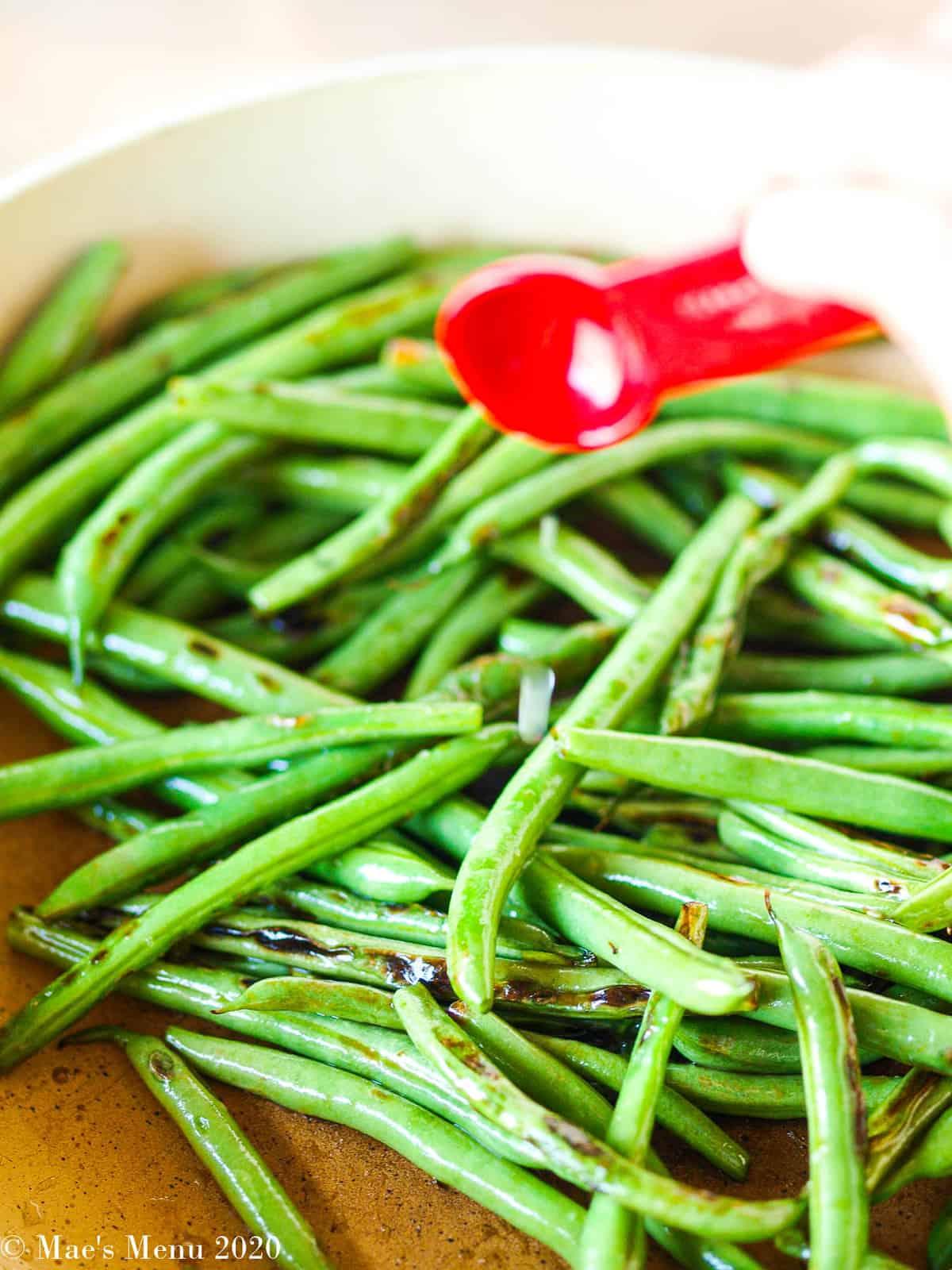 Seasoning the green beans with lemon juice